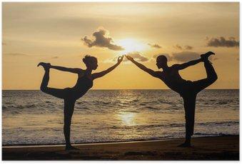 Poster Couple faisant l'exercice de yoga ensemble étirements pendant que le coucher du soleil