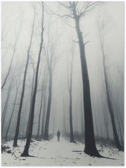 Póster El hombre en el bosque con árboles altos en invierno