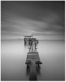 Poster Fine art beeld van houten visserij pier bij het strand in zwart en white.Long belichtingsstapgebieden met motion blur.