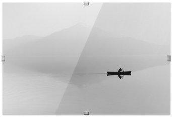 Poster HD i Ram Dimma över sjön. Siluett av bergen i bakgrunden. Mannen flyter i en båt med en paddel. Svartvitt