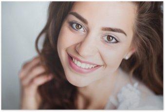 Poster HD Portrait de femme souriante avec le sourire parfait et les dents blanches regardant la caméra