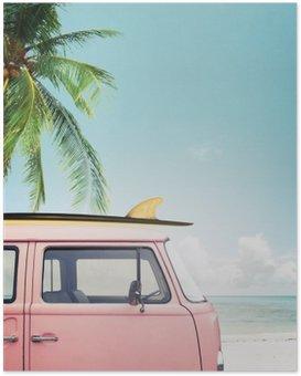Poster HD Vintage voiture stationnée sur la plage tropicale (bord de mer) avec une planche de surf sur le toit