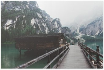 Poster Jetée en bois sur le lac Braies avec des montagnes et trees__
