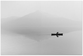 Poster Mist over het meer. Silhouet van de bergen op de achtergrond. De man drijft in een boot met een peddel. Zwart en wit