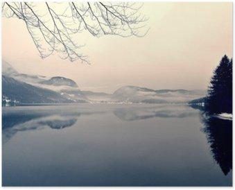Poster Paysage d'hiver enneigé sur le lac en noir et blanc. image monochrome filtrée rétro, style vintage avec un accent doux, filtre rouge et un peu de bruit; notion nostalgique de l'hiver. Lac Bohinj, Slovénie.