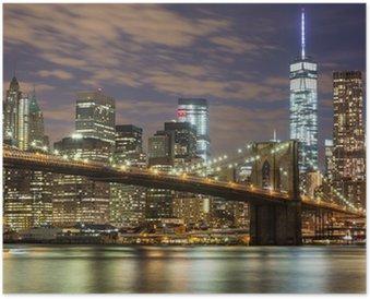 Póster Puente de Brooklyn y los rascacielos del centro de Nueva York en la oscuridad