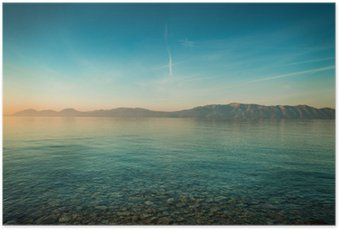 Poster Rustig landschap met zee en de heuvels vóór zonsopgang
