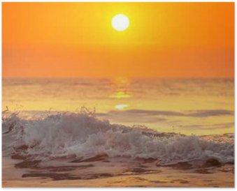Póster Salida y brillantes olas en el océano