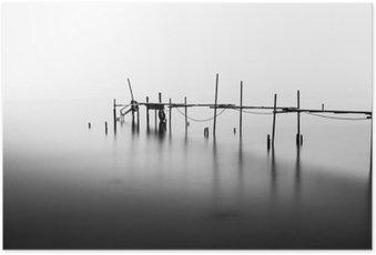 Poster Une exposition à long d'un quai en ruines dans le milieu de la Sea.Processed en B