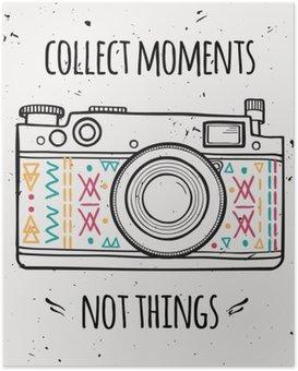 """Poster Vector illustration avec appareil photo rétro et la phrase de la typographie """"Récupérer des moments pas les choses""""."""