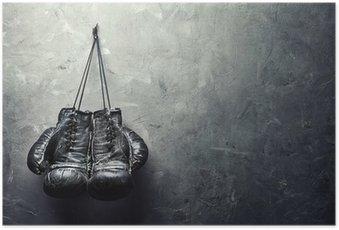 Póster Viejos guantes de boxeo se cuelguen de las uñas en la pared de la textura