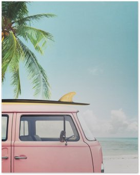 Poster Vintage voiture stationnée sur la plage tropicale (bord de mer) avec une planche de surf sur le toit