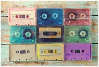 Poster Vue de dessus (ci-dessus) plan de cassette rétro sur la table en bois - cru styles d'effets de couleurs.