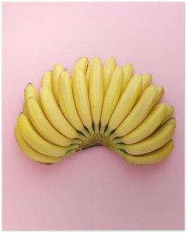 Poster Vue de dessus de bananes mûres sur un fond rose vif. le style Minimal.