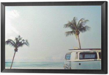 Quadro in Cornice Auto d'epoca parcheggiata sulla spiaggia tropicale (mare), con una tavola da surf sul tetto - viaggio di piacere in estate