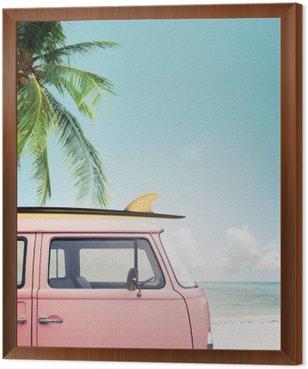 Quadro in Cornice Auto d'epoca parcheggiata sulla spiaggia tropicale (mare), con una tavola da surf sul tetto