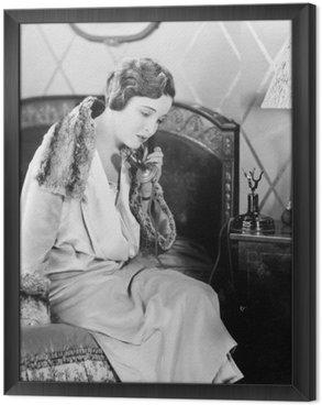 Quadro in Cornice Giovane donna seduta sul suo letto nella camera da letto, parlando al telefono