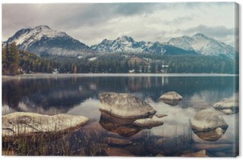 Quadro su Tela Bella mattina di autunno nel corso di un lago di montagna Strbske Pleso, i colori retrò, annata