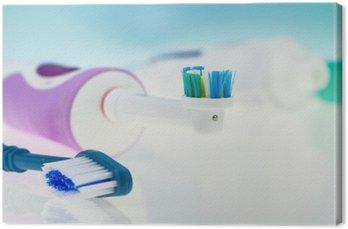 Quadro su Tela Spazzolino da denti elettrico e classico su superficie riflettente e sfondo azzurro.