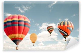 Samolepicí Fototapeta Vinobraní horkovzdušný balón létání na obloze. koncepce cestování a letecké dopravy - styl vintage a retrofiltračního efektu. balón karneval v thajsku