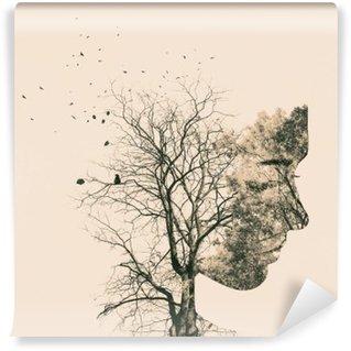 Selbstklebende Fototapete Doppelbelichtung Porträt der jungen Frau und Herbstbäume.