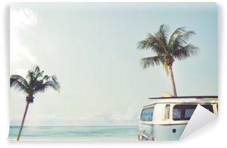 Selbstklebende Fototapete Oldtimer auf dem tropischen Strand geparkt (Meer) mit einem Surfbrett auf dem Dach - Urlaubsreise im Sommer
