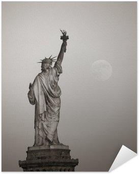 Selbstklebendes Poster Freiheitsstatue und Mond