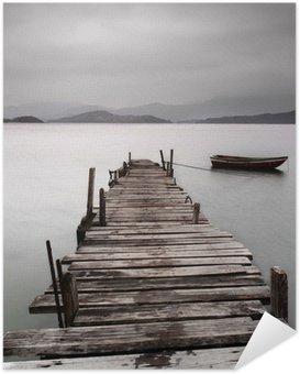 Selbstklebendes Poster Mit Blick auf einen Pier und ein Boot, niedriger Sättigung