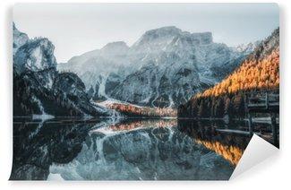 Bådene på braiesøen (pragser wildsee) i dolomitter bjerge, sudtirol, italien Selvklæbende Fototapet