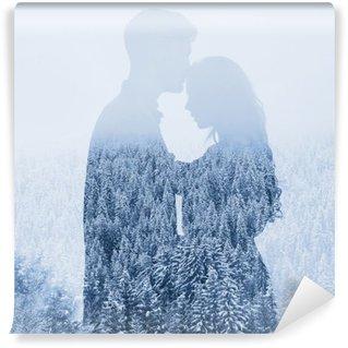 Självhäftande Fototapet Kärlek på vintern, siluett av par på skog bakgrund, dubbelexponering