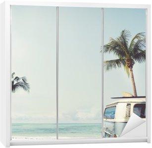 Skåpdekor Vintage bil parkerad på tropisk strand (havet) med en surfbräda på taket - Fritids resa i sommar