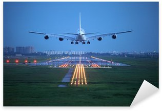 Sticker Pixerstick Avion de voler au-dessus de la piste de décollage de l'aéroport
