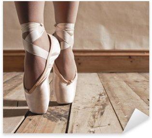 Sticker Pixerstick Ballet Shoes sur le plancher en bois