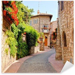 Pixerstick Sticker Bloemen omzoomde straat in het centrum van Assisi, Italië