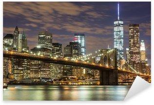 Pixerstick Sticker Brooklyn Bridge en Downtown Wolkenkrabbers in New York bij Schemer