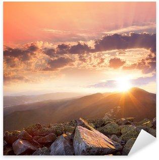 Sticker Pixerstick Coucher de soleil dans le paysage des montagnes. Ciel dramatique, pierre colorée