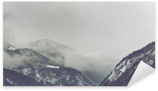 Sticker Pixerstick De sombres nuages qui pèsent sur la montagne