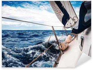 Pixerstick Sticker De witte zeilen van jachten op de achtergrond van de zee en de lucht in de wolken