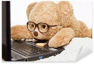 Sticker Pixerstick Drôle ours dans des verres couchés travaux à l'ordinateur