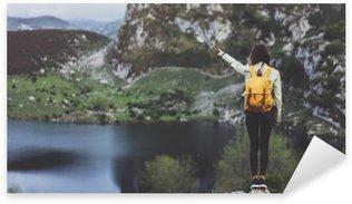 Sticker Pixerstick Hipster jeune fille avec sac à dos en appréciant le coucher du soleil sur le sommet de la montagne brumeuse, en regardant sur le lac et poining main. voyageur touristique sur fond vallée paysage vue panoramique maquette, la lumière du soleil en voyage
