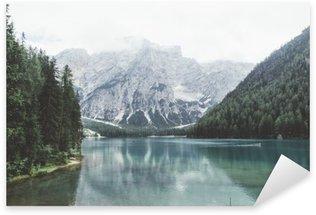 Sticker Pixerstick Lac Braies avec de l'eau verte et les montagnes avec trees__