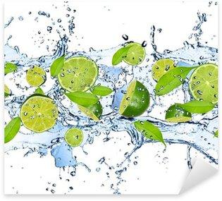 Sticker Pixerstick Limes fraîches dans les projections d'eau, isolé sur fond blanc