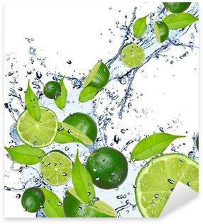 Pixerstick Sticker Limes vallen in water splash, geïsoleerd op witte achtergrond
