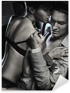 Sticker Pixerstick Loving couple dans la voiture embrasse en noir et blanc
