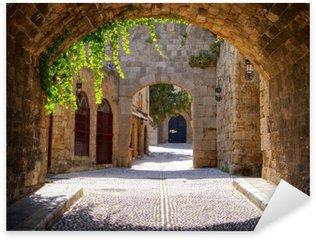 Pixerstick Sticker Middeleeuwse gebogen straat in de oude stad van Rhodos, Griekenland