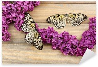 Pixerstick Sticker Mooie vlinders en lila bloemen, op houten achtergrond