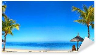 Sticker Pixerstick Panorama de la plage tropicale avec chaises longues et parasols