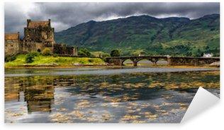 Sticker Pixerstick Panoramique sur le château d'Eilean Donan, montagnes, Ecosse