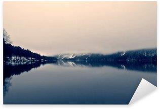 Sticker Pixerstick Paysage d'hiver enneigé sur le lac en noir et blanc. image monochrome filtrée rétro, style vintage avec un accent doux et filtre rouge; notion nostalgique de l'hiver. Lac Bohinj, Slovénie.