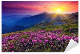 Sticker Pixerstick Paysage de montagne avec des fleurs violettes